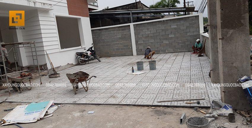 Phía ngoài sân, công tác ốp lót gạch lát nền sân vườn đang được triển khai