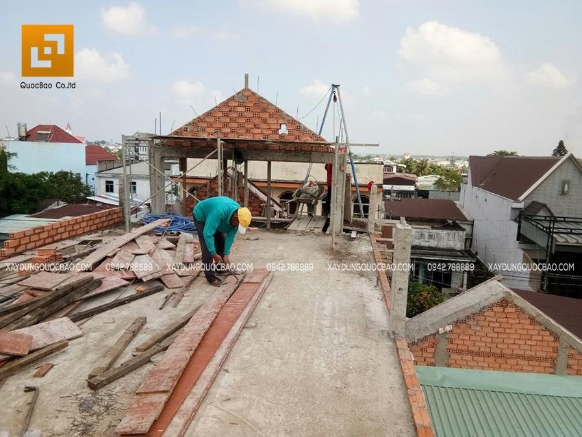 Thi công phần chóp mái nhà phố 3 tầng