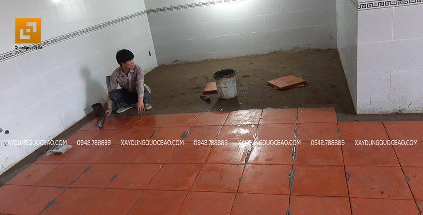 Công tác lót gạch nền nhà đang được triển khai