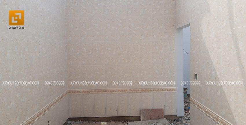 Phòng khách được ốp gạch hoàn toàn rất đẹp mắt và sang trọng