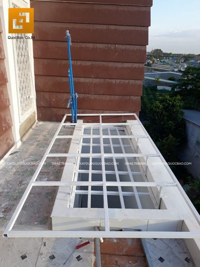 Khung thép bảo vệ giếng trời