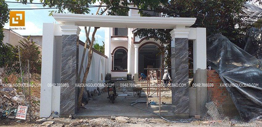 Cổng Biệt thự Tân cổ điển được ốp đá, sơn màu