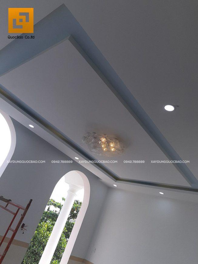 Trần nhà được trang trí đèn chùm rất sang trọng