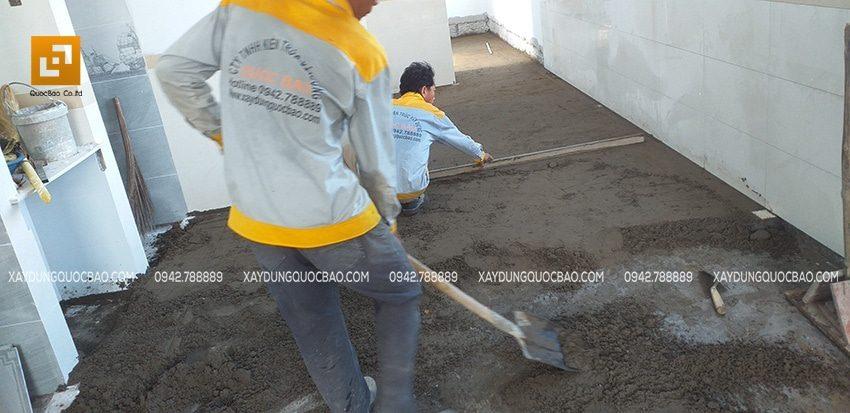 Công nhân đang thi công láng nền lầu 1