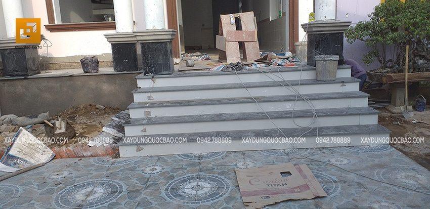 Công đoạn tiếp theo là ốp đá hoa cương bậc tam cấp ở thềm nhà