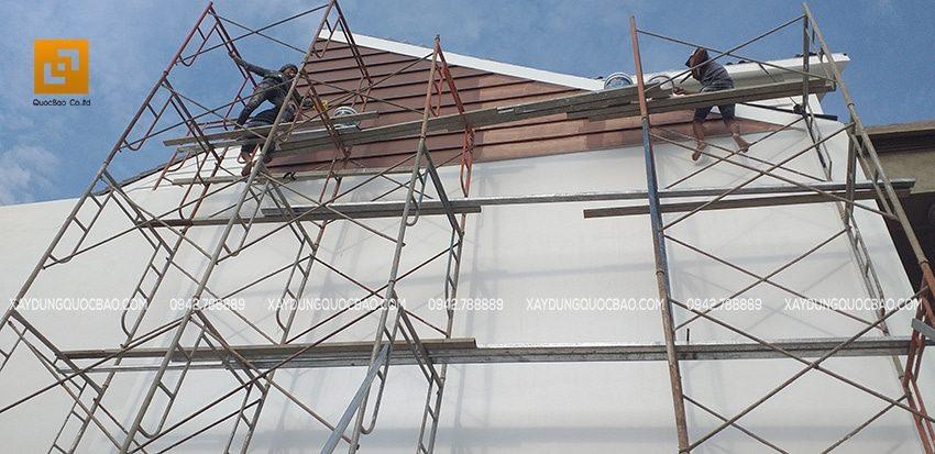 Phần hông nhà cũng bước vào giai đoạn trang trí, quét sơn nước