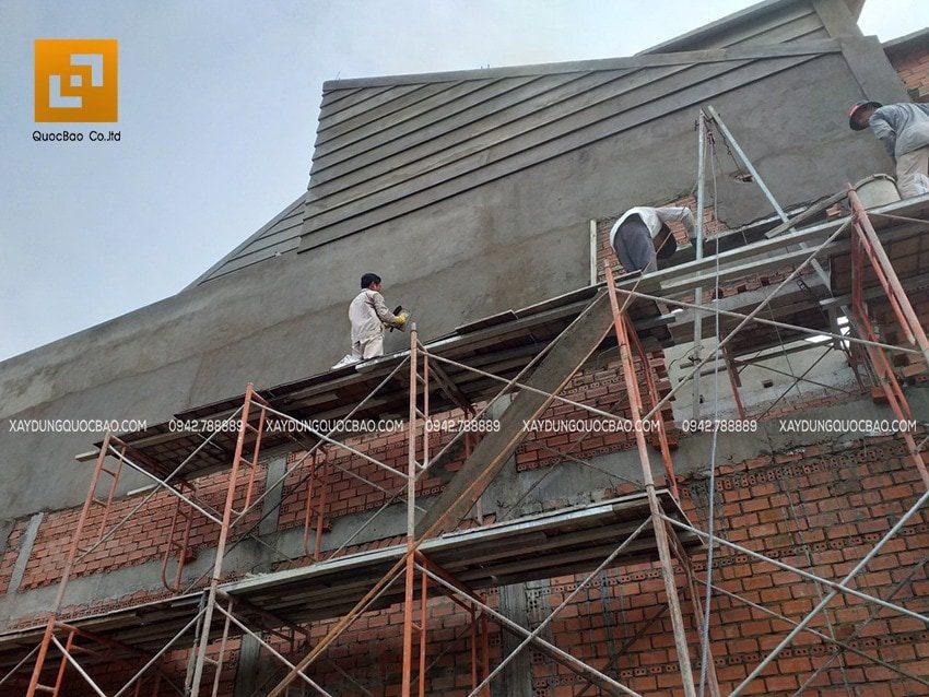 Công nhân đang thi công tạo các đường phào chỉ ngoại thất của biệt thự