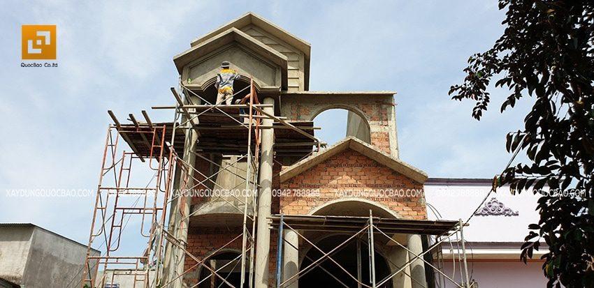 Công nhân tô trét xi măng phía ngoài biệt thự để tạo mặt phẳng
