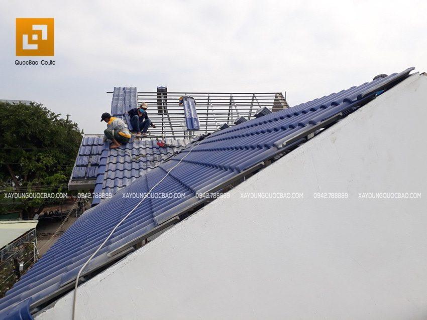 Công nhân ZCONS đang thi công lợp mái ngói nhà phố mái thái