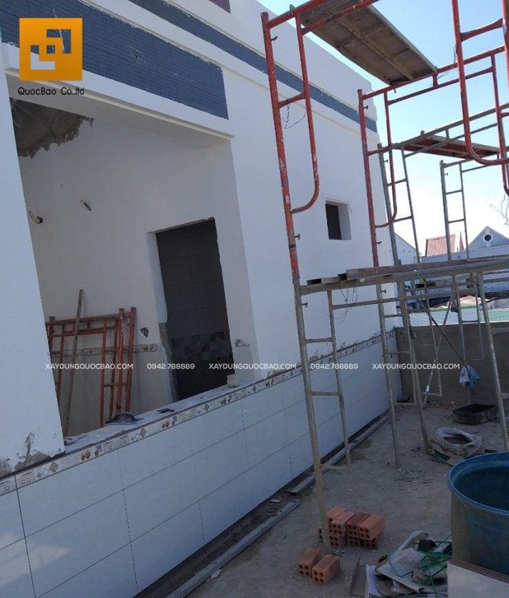 Công nhân đang thi công sơn lót và sơn phủ ngoại thất