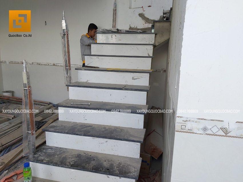 Ốp đá hoa cương sang trọng tại cầu thang giữa nhà