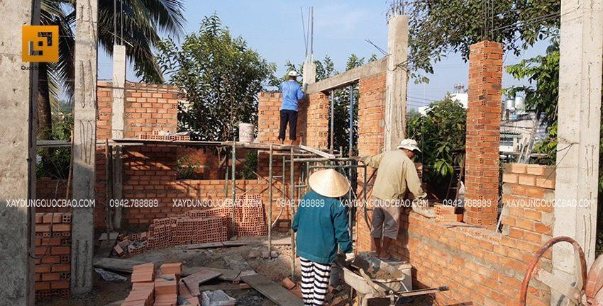 Vách tường ngăn với phòng đặt máy sản xuất được xây thành 2 lớp. Xây tường 2 lớp là để chống nóng và cách âm cho nhà chính