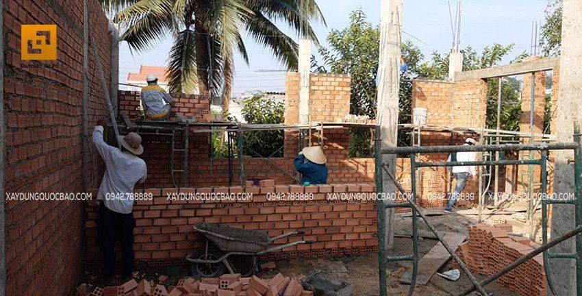 Các bức tường được xây thẳng tắp, vững chắc