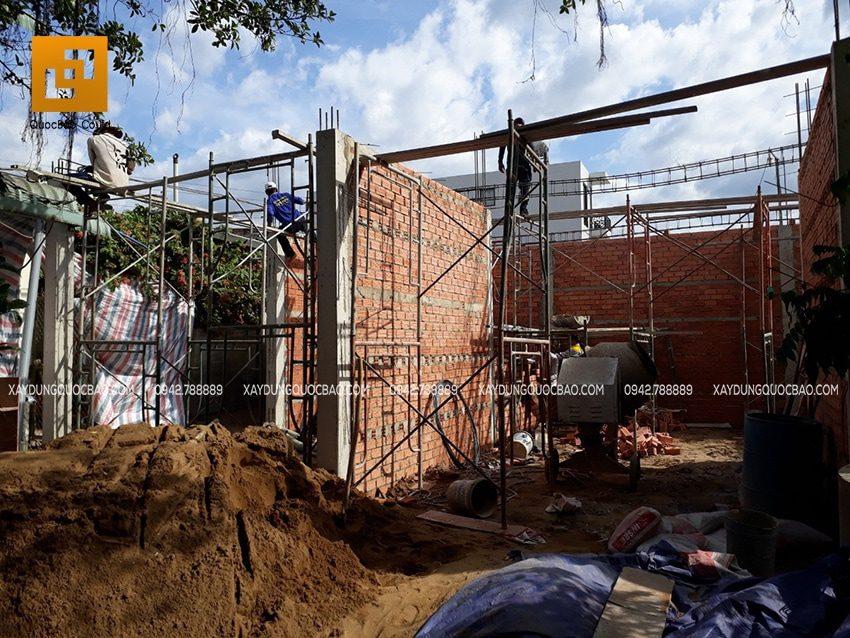 Công nhân lắp đặt coffa dầm tầng trệt để chuẩn bị đổ bê tông