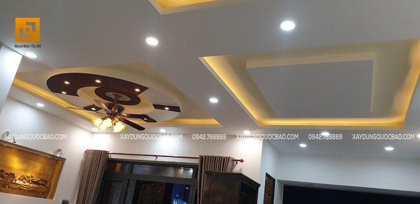 Trần thạch cao kết hợp với đèn trần khiến không gian phòng khách trở nên rất sang trọng