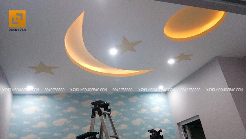 Khi sáng đèn, trần nhà trở nên đẹp lung linh