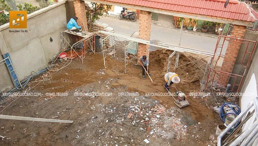 Công tác xây trụ cổng nhà, dùng máy đầm đất nền sân trước nhà