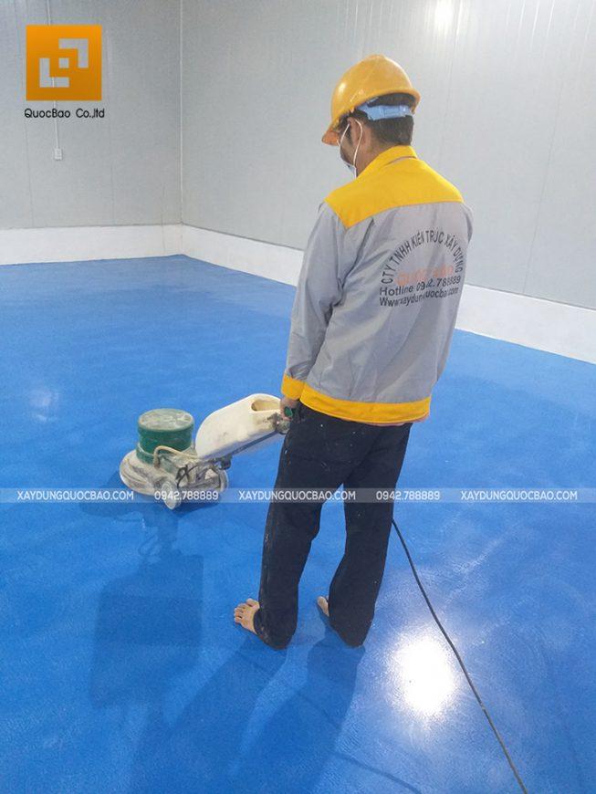 Công nhân ZCONS đang thi công sơn nền Epoxy