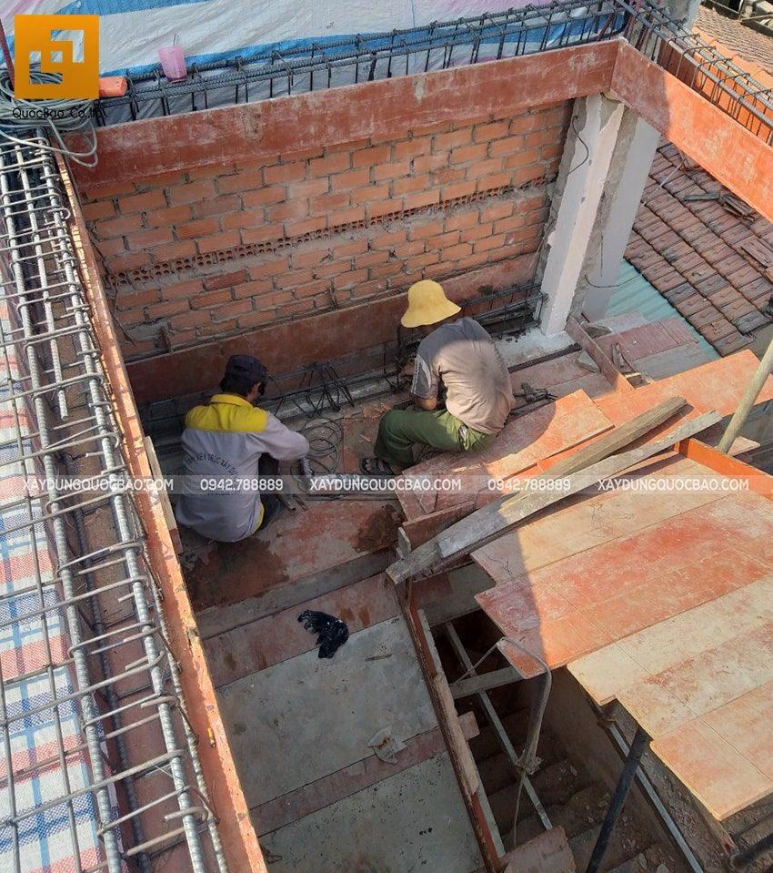 Thi công lắp ráp coppha cầu thang tầng trệt
