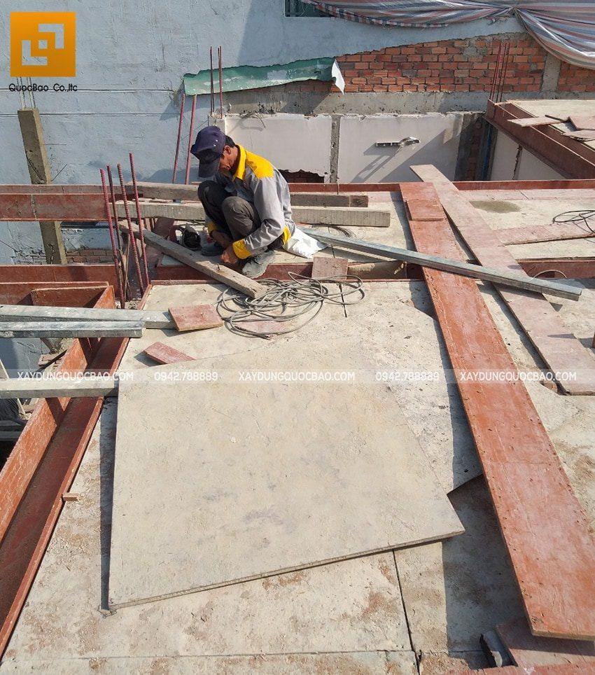 Công tác lắp đặt cốp pha dầm, sàn tầng trệt - Ảnh 1