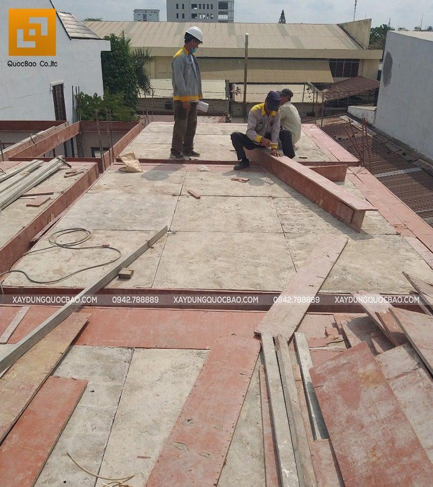 Công tác lắp đặt cốp pha dầm, sàn tầng trệt - Ảnh 3