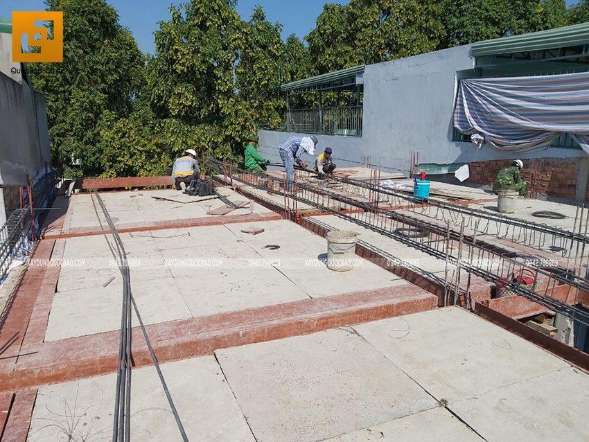 Công tác lắp đặt cốp pha dầm, sàn tầng trệt - Ảnh 4