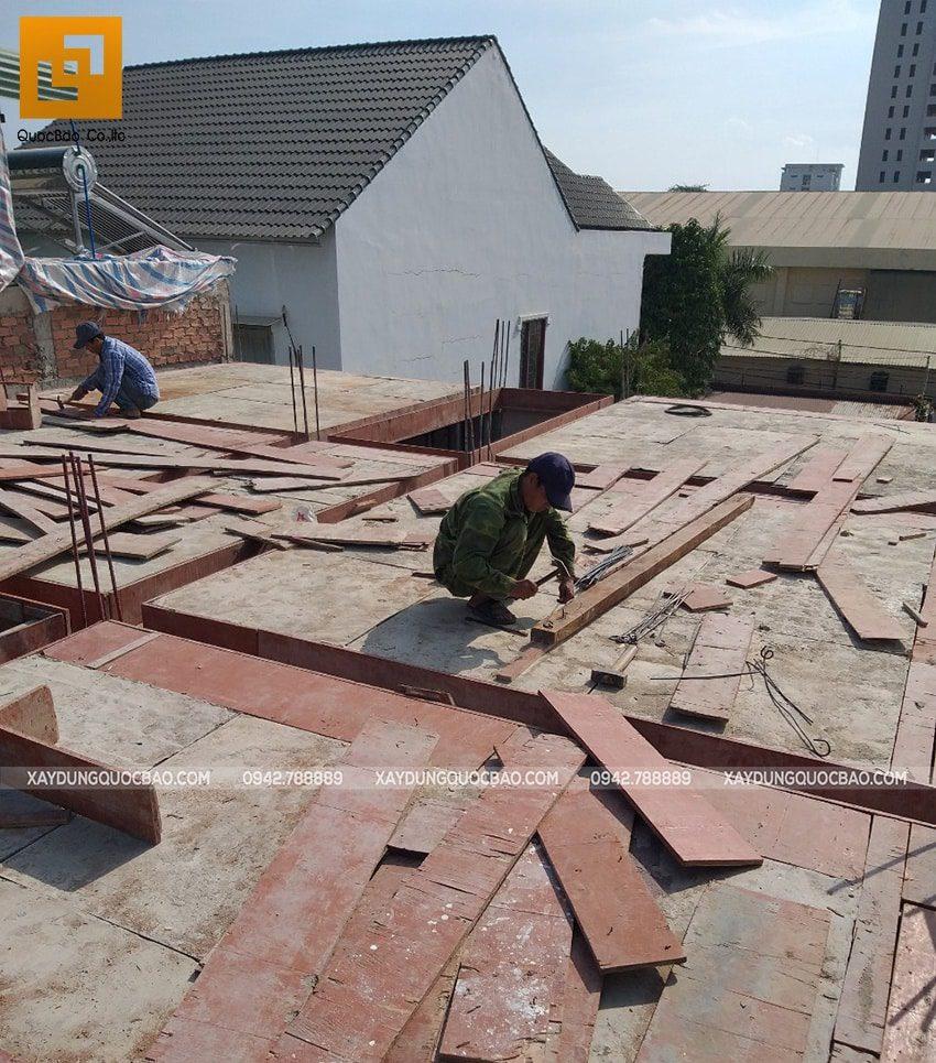 Công tác lắp đặt cốp pha dầm, sàn tầng trệt - Ảnh 2