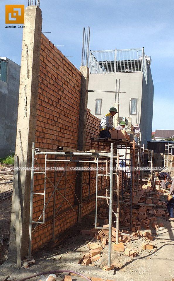 Công nhân thi công xây tường tầng trệt - Ảnh 2