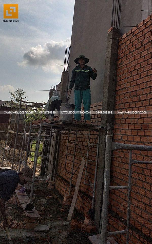 Công nhân thi công xây tường tầng trệt - Ảnh 3