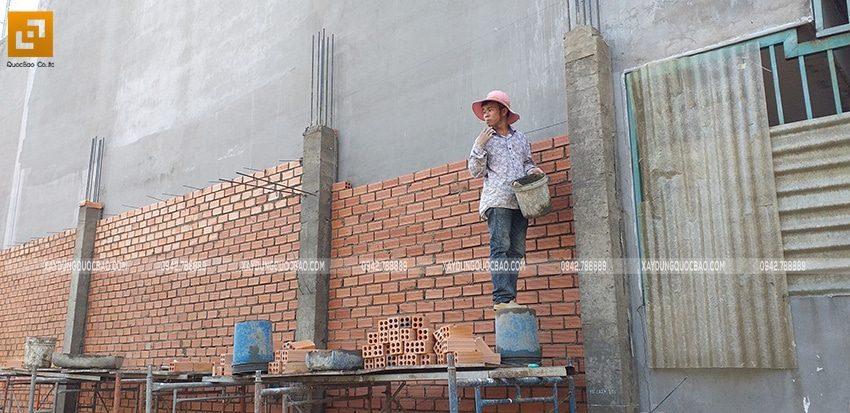 Công nhân thi công xây tường tầng trệt - Ảnh 1