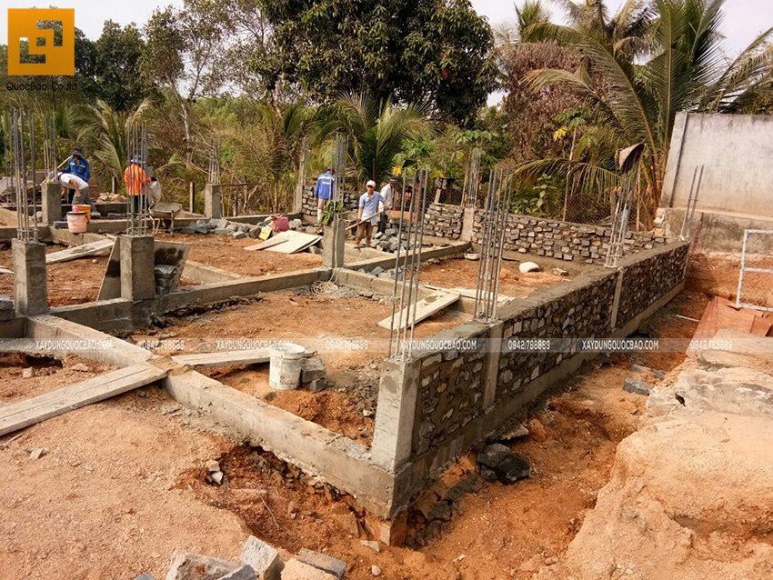 Thi công xây đá móng dầm tầng trệt - Ảnh 1