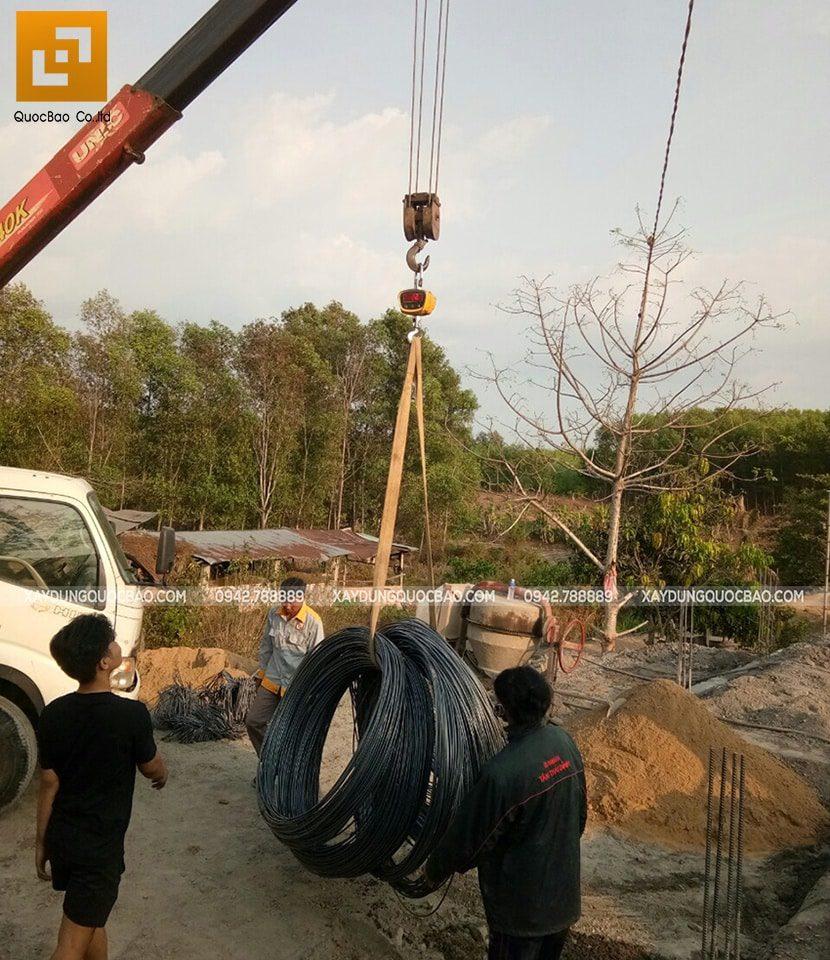 Tập kết vận chuyển vật tư sắt thép để phục vụ công trình