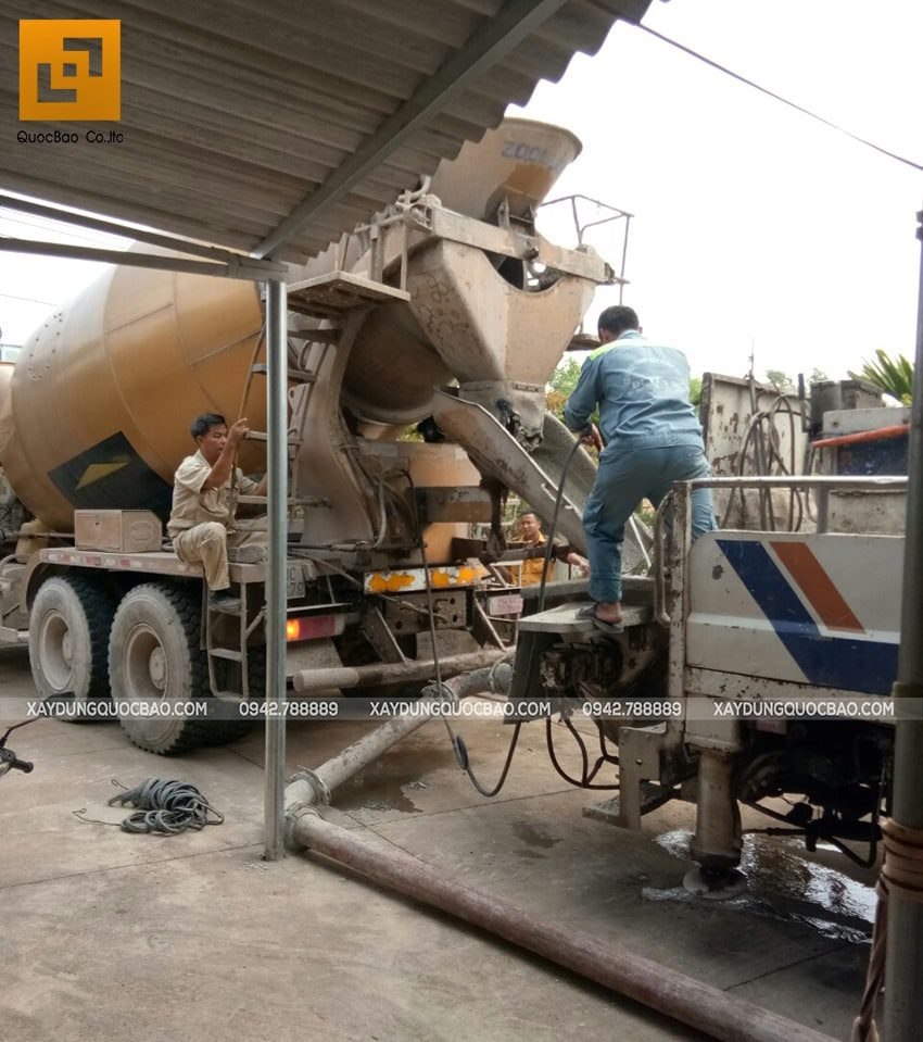 Vận hành xe bồn đổ bê tông móng Biệt thự mái thái