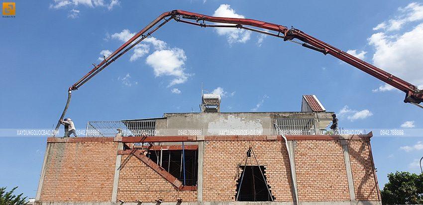 Vận hành máy đổ bê tông lầu 1