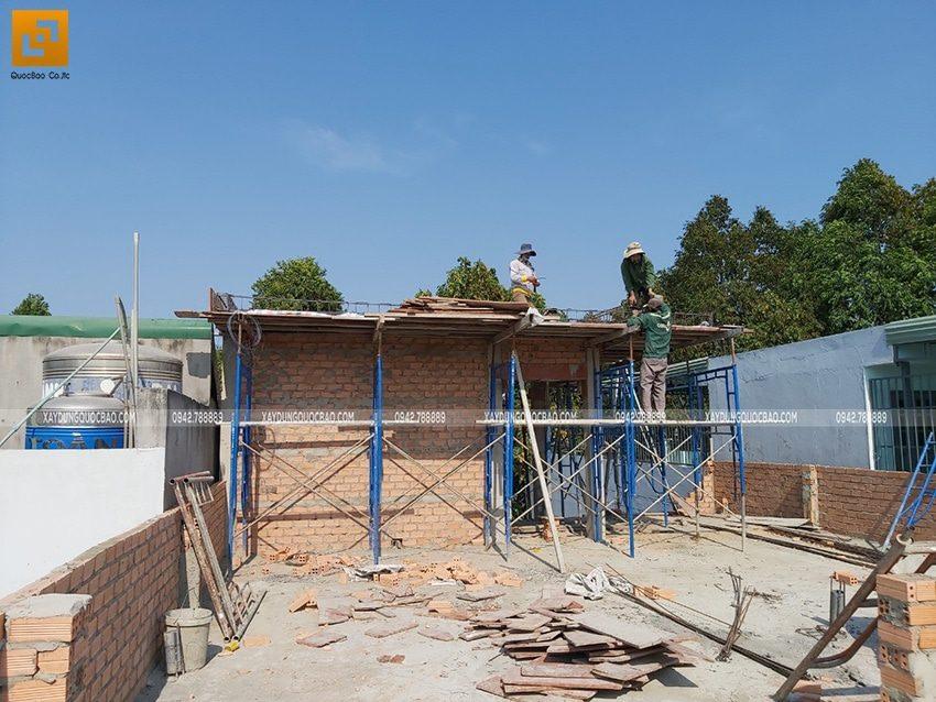 Công nhân thi công tầng tum nhà phố tại Biên Hòa, Đồng Nai