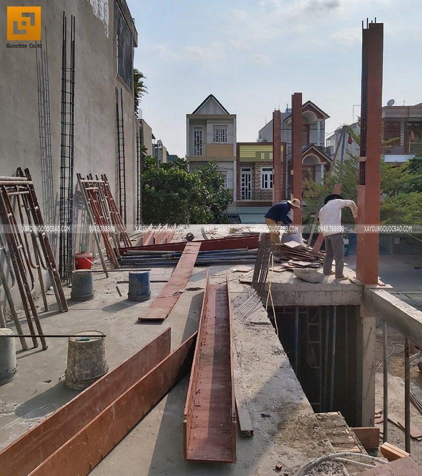 Công đoạn lắp ghép ván cốp pha các trụ cột ở lầu 1
