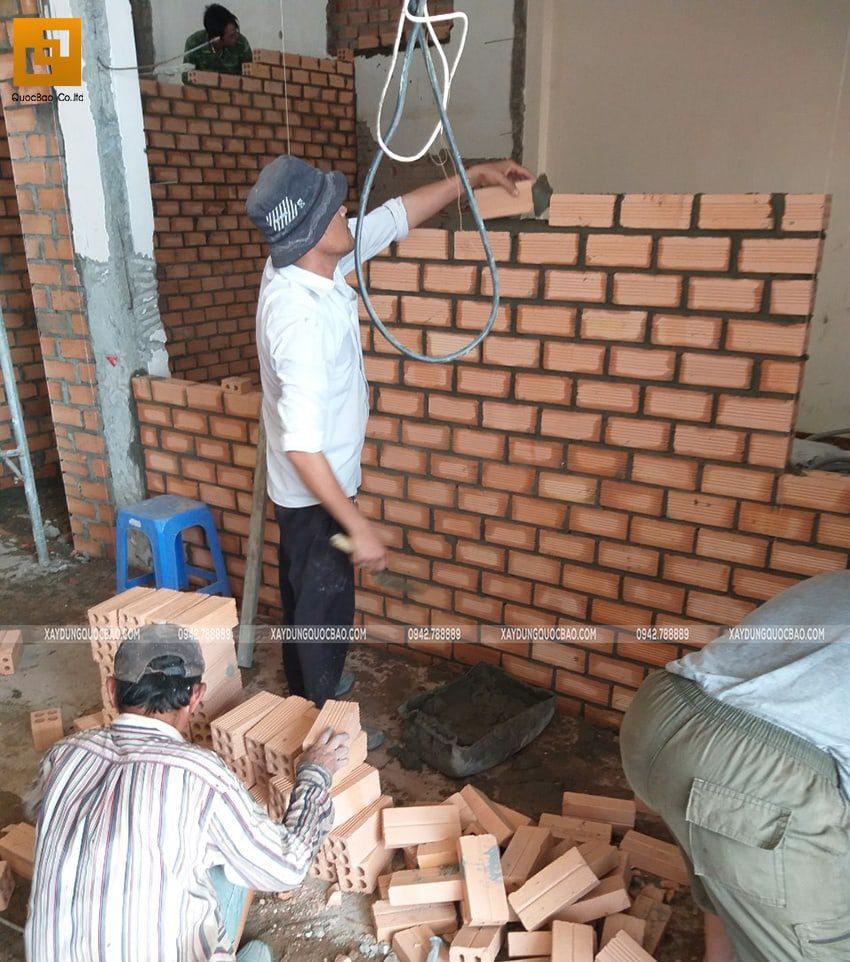 Bên trong, đội thi công đang xây tường vây, tường ngăn giữa các phòng