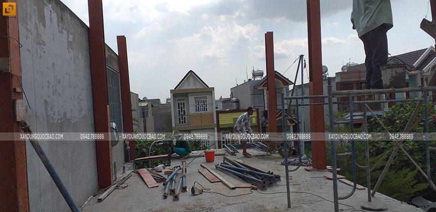 Vận chuyển bê tông đến vị trí chân các trụ cột