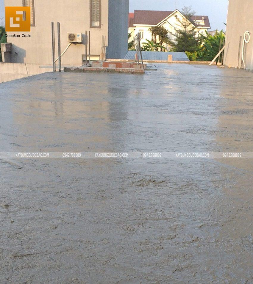 Lớp bê tông sàn sau khi đã tiến hành đổ sẽ được bảo dưỡng liên tục