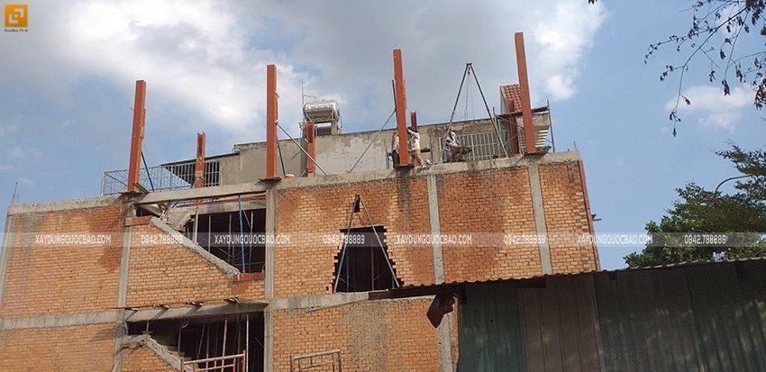 Công nhân lắp ghép ván khuôn coffa các trụ cột tại tầng tum