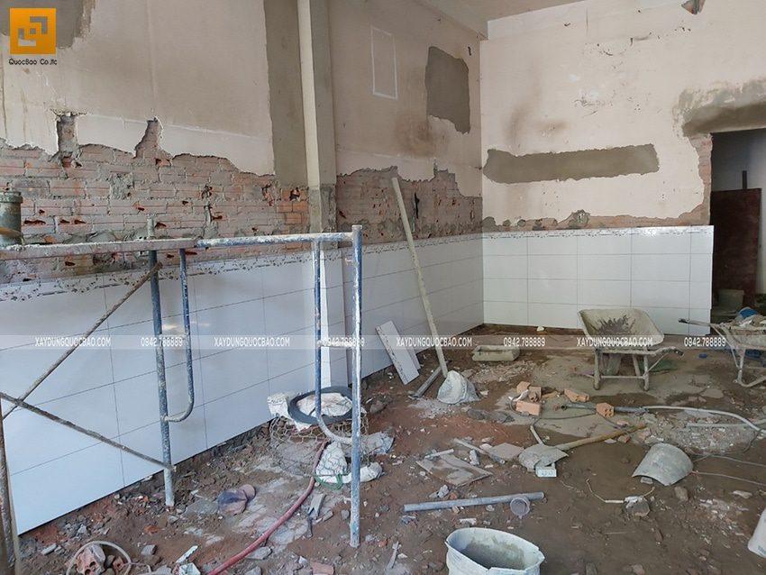 Các mảng tường đều được ốp lát gạch trang trí để tăng độ thẩm mỹ