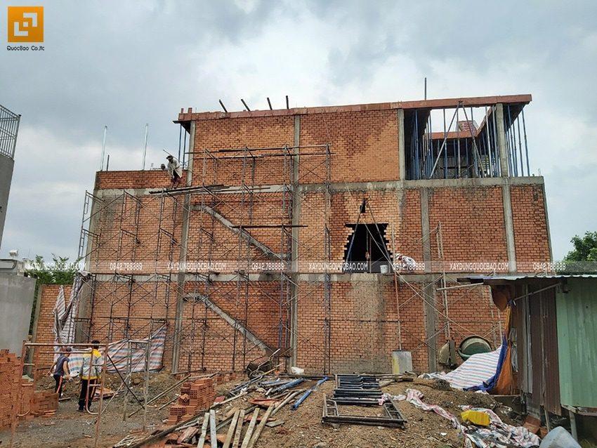 Phần thô ngôi nhà 3 tầng hiện đại đã dần thành hình