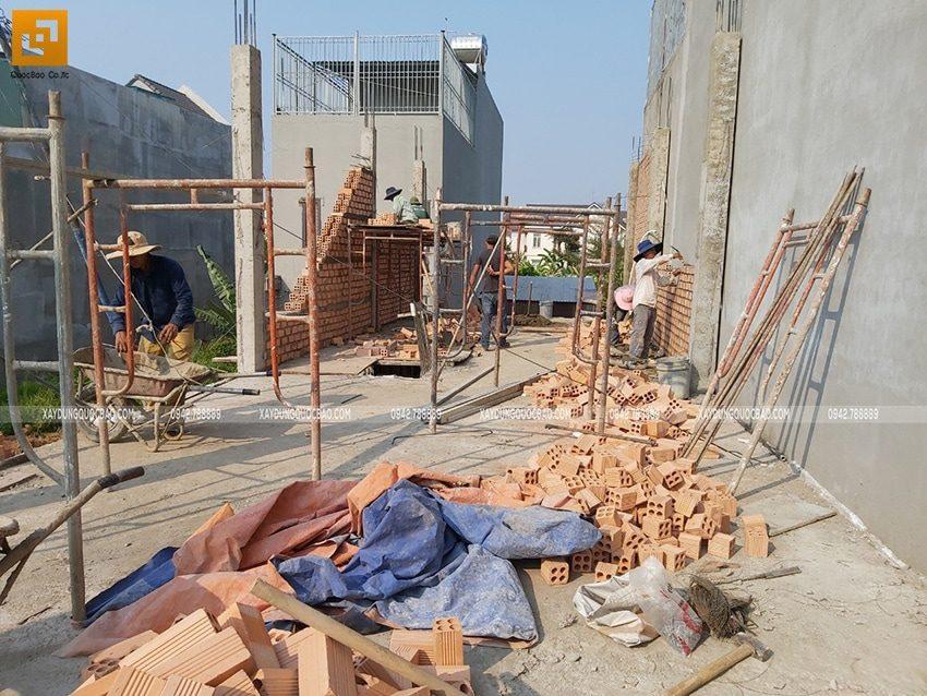Tháo ván khuôn trụ cột và tiến hành xây tường bao quanh