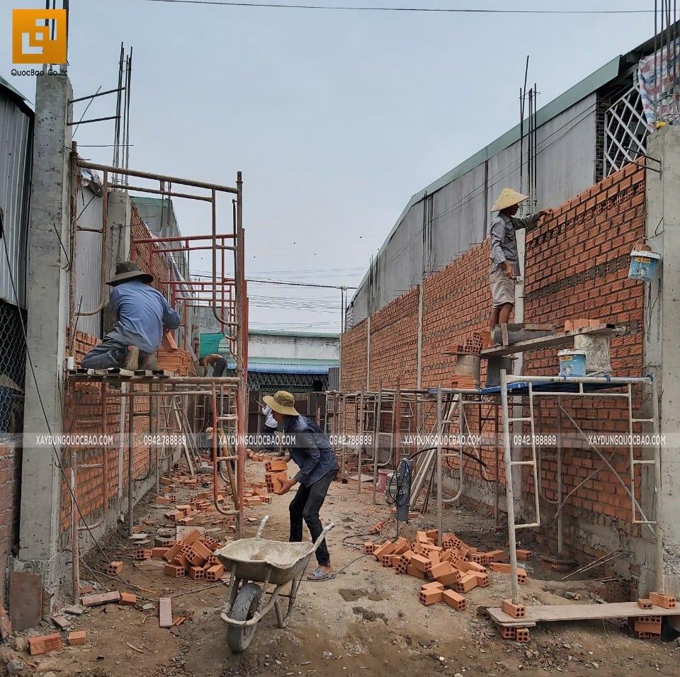 Thi công xây tường bao quanh nhà tại tầng trệt - Ảnh 3