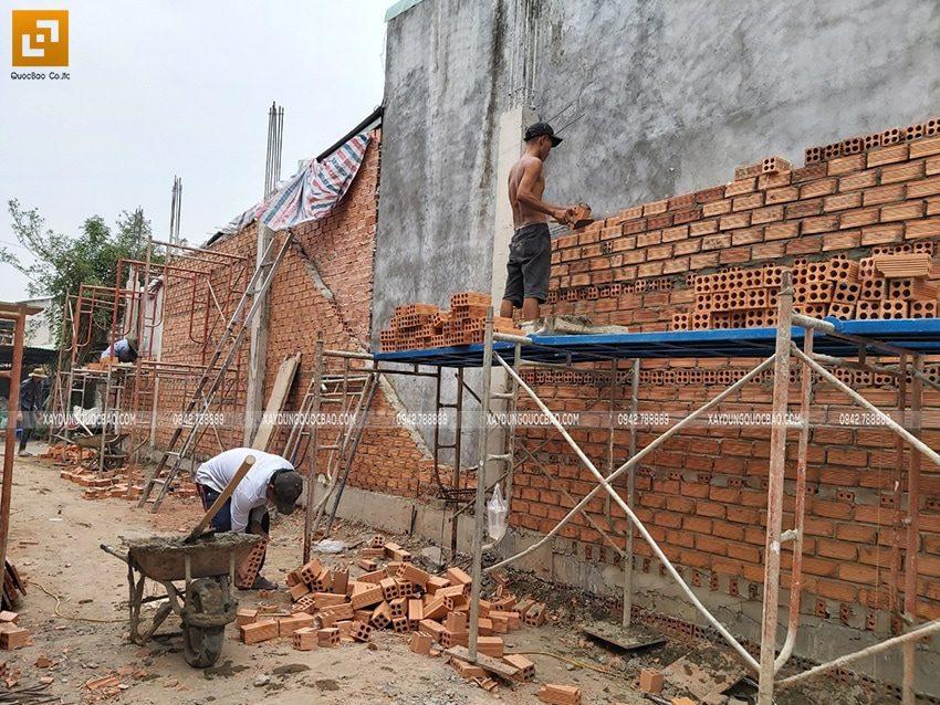 Thi công xây tường bao quanh nhà tại tầng trệt - Ảnh 2