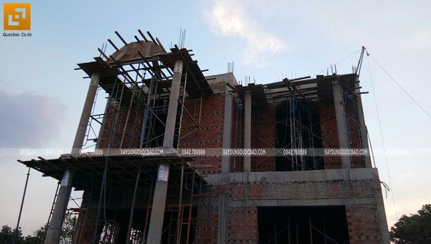 Công nhân đang hoàn thiện phần xây thô lầu 1 - Ảnh 3