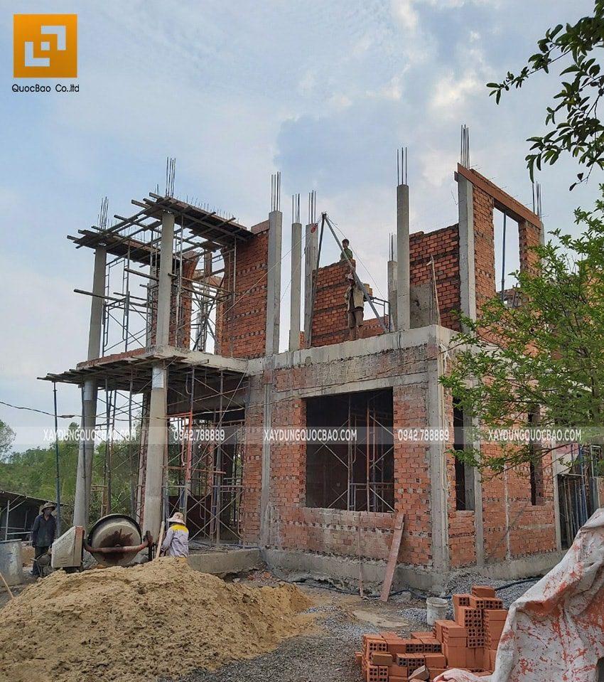 Công nhân đang hoàn thiện phần xây thô lầu 1 - Ảnh 2