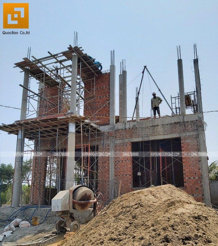 Công nhân đang hoàn thiện phần xây thô lầu 1 - Ảnh 1