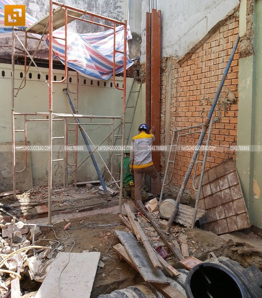 Lắp dựng cốp pha chuẩn bị đổ bê tông trụ nhà