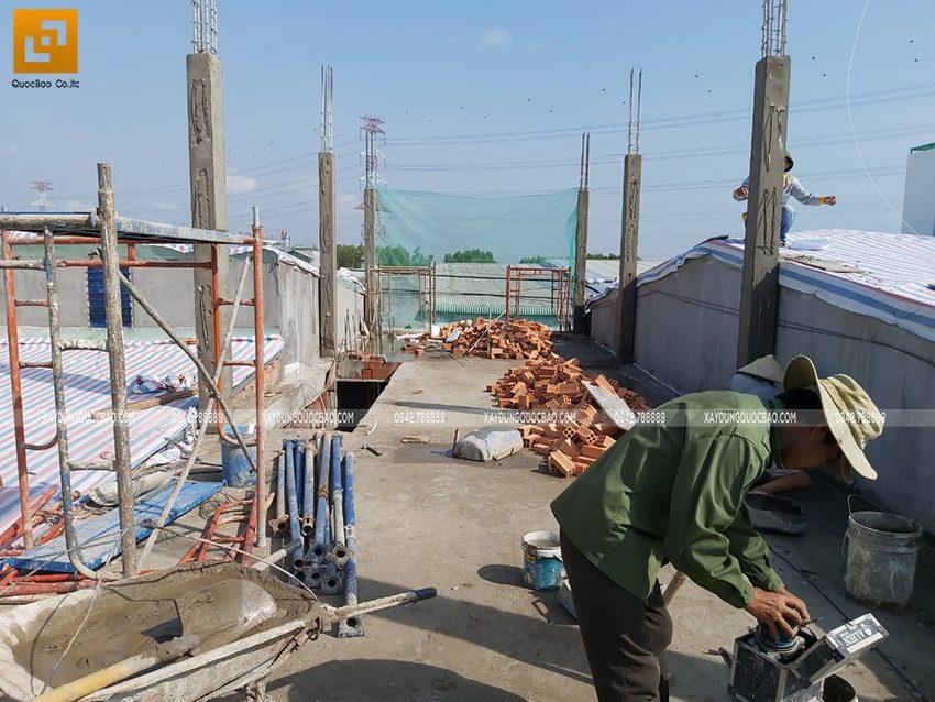 Công nhân thi công xây tường bao, tường ngăn ở lầu 1 - Ảnh 1